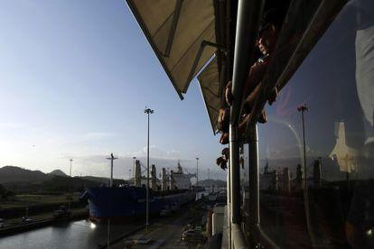 Un barco espera su turno para atravesar el canal de Panamá.