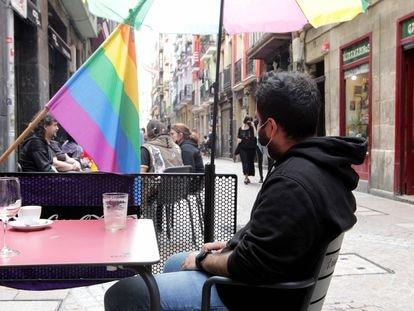 Milad, refugiado transexual iraní en una terraza del Casco Viejo de Bilbao.
