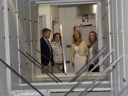 Sánchez Estrella, segunda por la izquierda, junto a Patricia del Pozo en una visita a la sede del Archivo General de Andalucía.