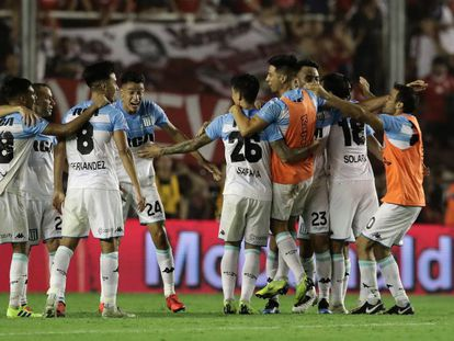 Los jugadores del Racing celebran el triunfo en el clásico de Avellaneda.