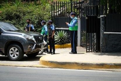 Agentes de policía frente a la casa de Cristiana Chamorro, en Managua, este miércoles.