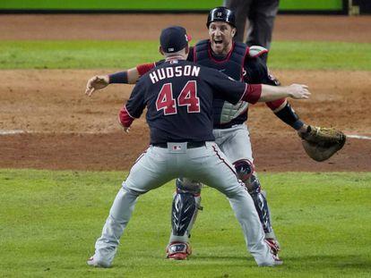 Daniel Hudson y Yan Gomes, celebran la victoria de los Nationals.