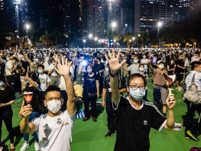 Participantes en la vigilia por la matanza de Tiananmen el 4 de junio de 2020 en el parque Victoria de Hong Kong.