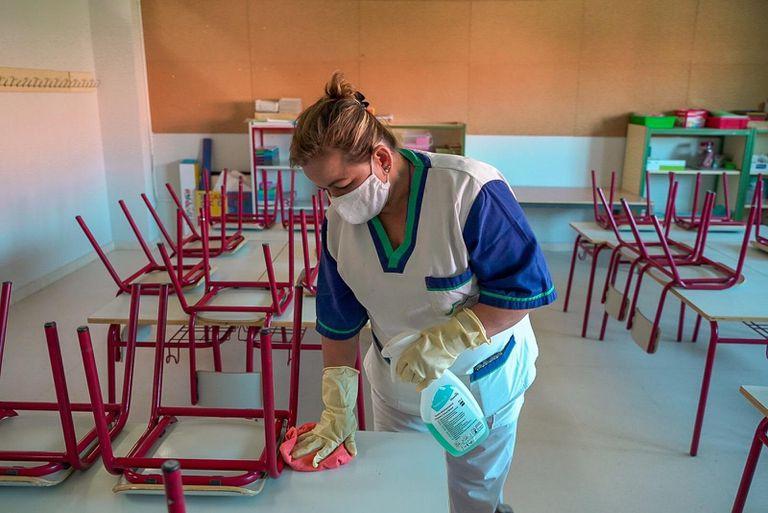 Limpieza en un colegio de Colmenar Viejo (Madrid).