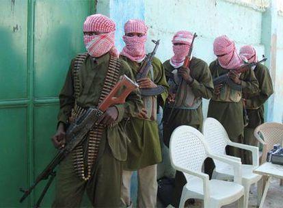 Los islamistas somalíes, como los de la imagen, imponen la <i>Sharia</i> en las localidades que ocupan. En Kismayo condenaron a Asha.