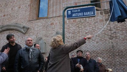 Manuela Carmena descubre la placa de la nueva plaza de Arturo Barea en Lavapiés.