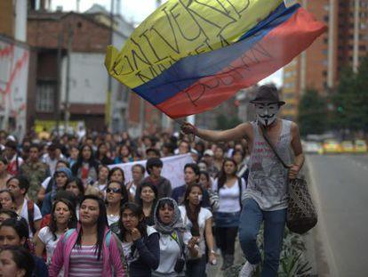 Miles de estudiantes protestan en las calles de Bogotá.