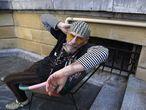 Enrique Villarreal, 'El Drogas', en la puerta del hotel María Cristina en San Sebastián, el 20 de septiembre. Un documental ilustra la carrera y la vida del músico, exlíder de Barricada que se proyecta durante el festival.