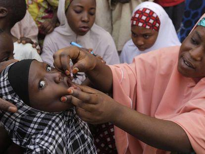Una niña es vacunada de polio en Kawo Kano (Nigeria).