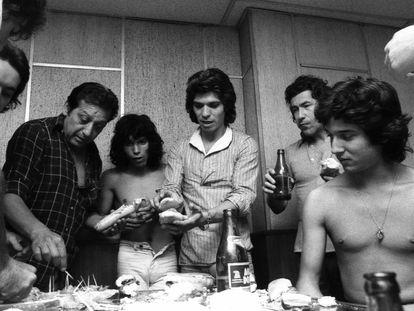 Foto tomada durante el descanso de la grabación del disco de Camarón 'La leyenda del tiempo' en el estudio discográfico de Philips en 1979. El cantaor es el tercero por la derecha. El primero por la derecha es Tomatito y el cuarto por la derecha es Raimundo Amador.