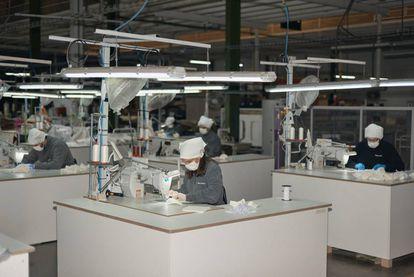 La fábrica de la firma valenciana de sillas Andreu World se encuentra a plena producción durante el confinamiento para fabricar mascarillas. En una primera remesa han repartido 12.000 en hospitales de la zona. |
