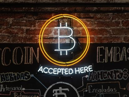 El interior del Bitcoin Embassy Bar, en en el barrio Roma de Ciudad de México.