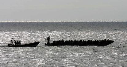 Una patera con 158 inmigrantes, a su llegada a Tenerife, en 2006.