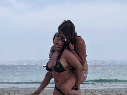 Andrea Mosteiro sostiene a su novia, Cristina, en un día de playa.