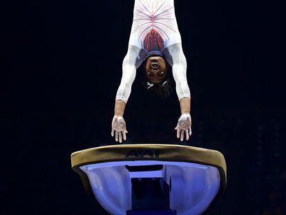 Simone Biles en su nuevo doble salto.