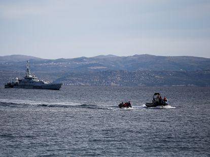 Una patrullera de Frontex se dirige al rescate de una embarcación de migrantes en las islas griegas en febrero de 2020.