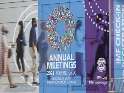 Un guarda coloca una valla ante el recinto donde se celebra la reunión del FMI y el Banco Mundial, este lunes en Washington.