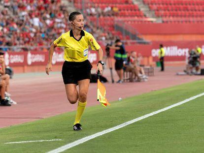 Guadalupe Porras, primera árbitra asistente de Primera División durante su estreno en el Mallorca-Eibar.