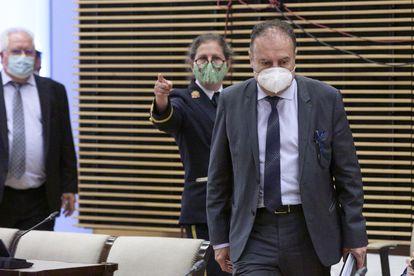 El exjefe de la Unidad de Delincuencia Económica y Fiscal (UDEF) José Luis Olivera a su llegada a la Comisión sobre el espionaje ilegal a Bárcenas del Congreso, el pasado mayo.