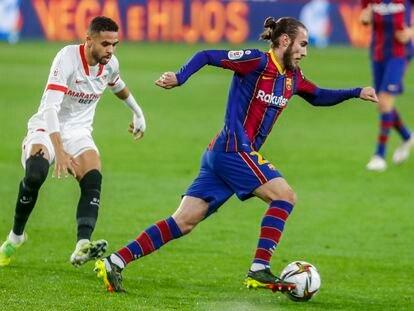 Mingueza controla el balón en el duelo ante el Sevilla en el Camp Nou.