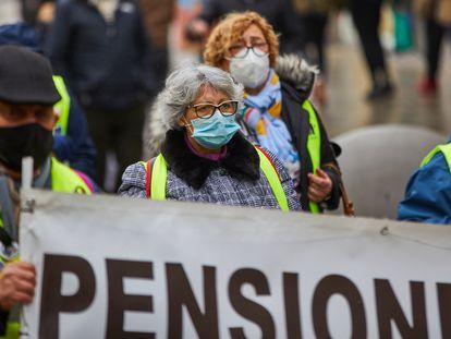 Varios pensionistas durante una protesta, este domingo.