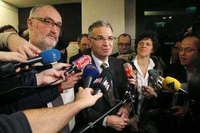 Patrick Benasconi, en el centro, presidente de la patronal CGPME, explica el acuerdo a la prensa.