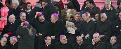 Un grupo de obispos y otros asistentes al acto litúrgico <i>Por la familia cristiana</i> celebrado ayer en Madrid.