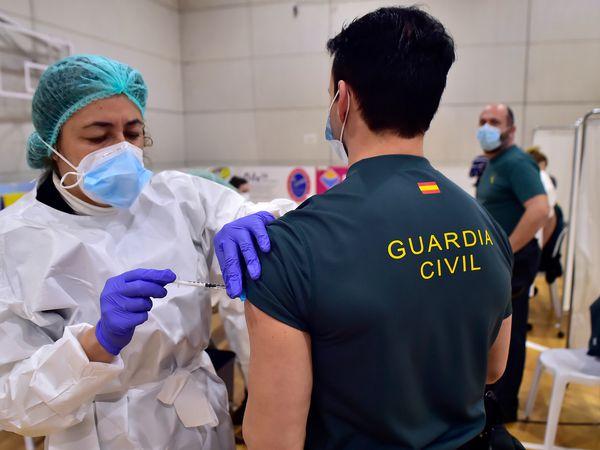 Una enfermera suministra la primera dosis a un agente de la Guardia Civil, este martes en Cartagena.