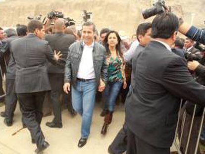 El presidente peruano Ollanta Humala y su esposa, Nadine Heredia, llegan a las instalaciones donde se lleva a cabo la feria gastronómica Mistura, en Lima (Perú).
