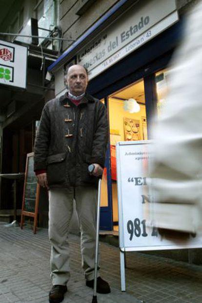 Ángel Torres, herido en el tren Alvia a Ferrol, ante la Administración de Lotería de su familia.