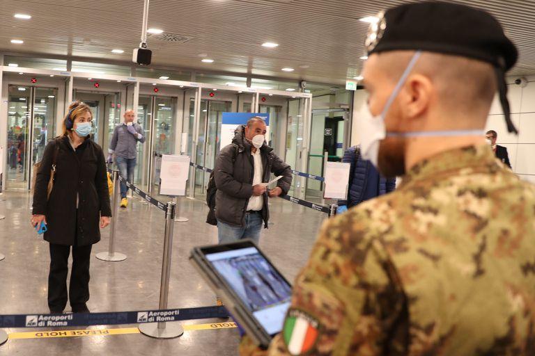 Controles de temperatura en el aeropuerto de Fiumicino, en Roma, en abril.