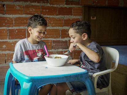 Samuel, de siete años, y Daniel, de cinco, dos hermanos que viven en la periferia de São Paulo, en Brasil. Desde que su colegio cerró,  comen lo mismo todos los días: arroz y frijoles con huevo o un embutido
