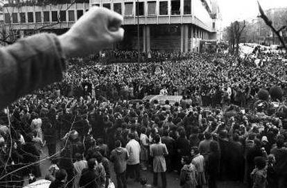 Una multitud acompaña el 26 de enero de 1977 al féretro de uno de los abogados asesinados en la matanza de Atocha a su paso por la calle Colón de Madrid.