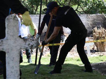 Trabajos de prospección en el cementerio Las Mercedes de Dabeiba (Colombia) tras el hallazgo de una fosa común.