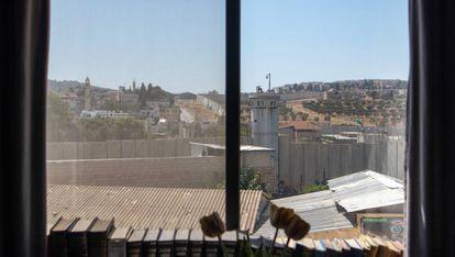 Vistas del muro erigido por Israel desde una habitación de hotel en Belén.