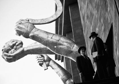 El rodaje de 'Dau' en Járkov, Ucrania, se alargó durante dos años. En la imagen, dos participantes del proyecto junto a la fachada del decorado.