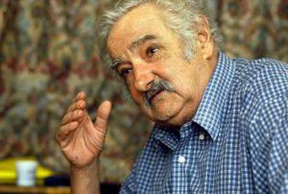 En la imagen un registro del presidente de Uruguay, José Mujica, quien está de acuerdo en que la papelera pase de producir un millón de toneladas de celulosa al año a 1,2 millones, pero Argentina se opone por ahora al alza. EFE/Archivo