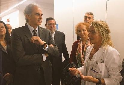 Enrique Ruiz Escudero, consejero de Sanidad de Madrid, visita el Hospital Rey Juan Carlos de Móstoles de Quirónsalud en 2018.