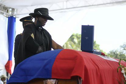 La viuda de Jovenel Moïse, Martine, se despide de su marido durante el funeral celebrado este viernes en Cap-Haitien, en el norte de Haití.