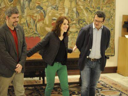 La presidenta del Parlamento, Bakartxo Tejería, con el secretario general de CC OO, Unai Sordo a su derecha y el portavoz progresista de la judicatura, Edmundo Rodríguez