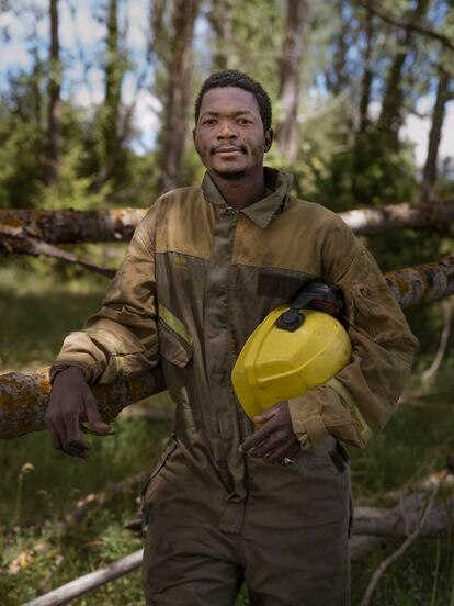 El burkinés Yiboula Emmanuel Bazie es bombero forestal en Quintana Redonda, Soria, donde lleva viviendo cinco años, y llegó a España en 2004 - Bazie, en un monte cerca de su casa, con el traje de bombero forestal.