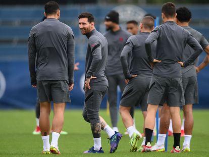 Messi habla con Paredes durante el entrenamiento del PSG, este lunes.