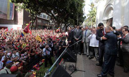 El vicepresidente venezolano, Nicolás Maduro (con corbata roja), abraza, frente a la Asamblea Nacional, a Diosdado Cabello, elegido el sábado presidente del Parlamento.