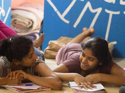 Asmita Katti y Shaddra K, de 18 y 16 años, participan en los talleres de Kranti.