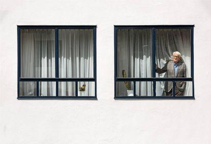 El pensador alemán se asoma a una ventana de la casa donde vive con su esposa, Ute, desde 1971.