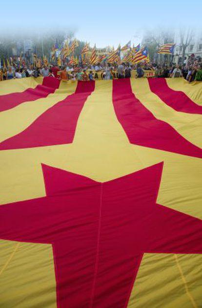 Una gran bandera catalana con la estrella independentista en la Diada de 2012 en Barcelona.