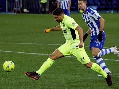 Luis Suárez remata a puerta durante el Alavés-Atlético del pasado domingo disputado en Mendizorroza.