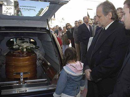 Leoncio, segundo por la derecha, uno de los hijos de la duquesa, ayer en el entierro de su madre.