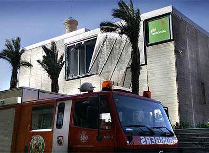 La explosión destrozó una de las ventanas y abrió violentamente la puerta de la subestación, tapada por el camión de bomberos.