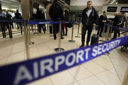 Un ciudadano rumano, en un control de seguridad en el aeropuerto londinense de Heathrow.